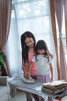 小さな女の子は家事を手伝おうとします