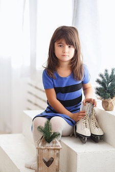 큰 아이스 스케이팅에 노력하는 어린 소녀. 작은 아이와 스케이트
