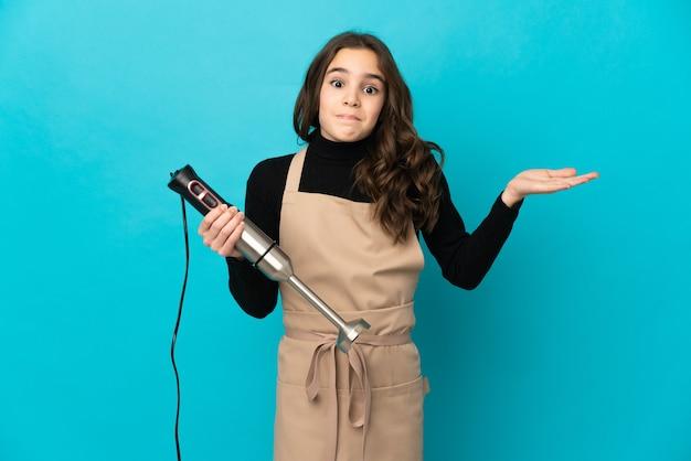 고립 된 핸드 블렌더를 사용 하여 어린 소녀