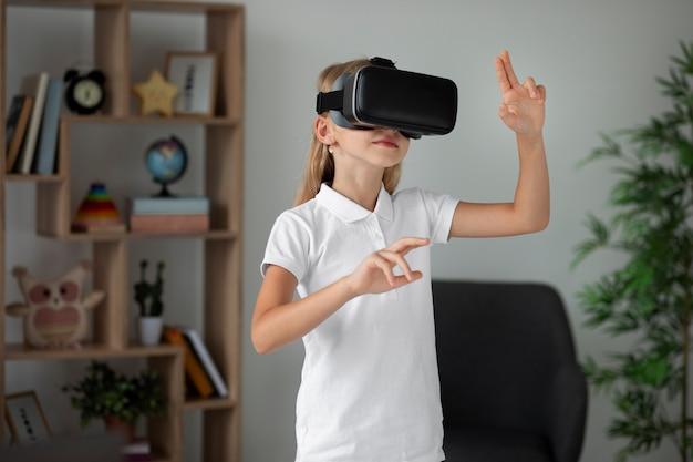 Маленькая девочка в очках виртуальной реальности
