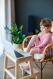 노트북을 사용하여 그녀의 조부모와 함께 비디오 채팅 어린 소녀