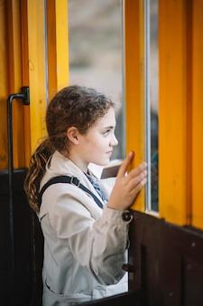 Маленькая девочка, выходящая из поезда