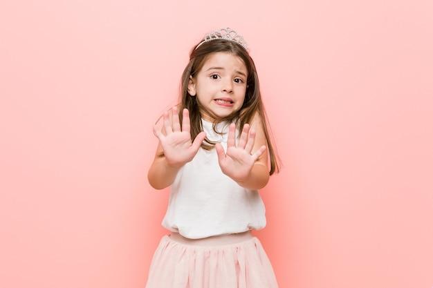 プリンセスを着た少女は、嫌悪感を示す人を拒絶します。