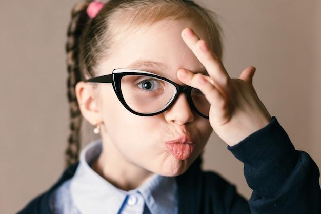 眼鏡をかけている少女 Premium写真
