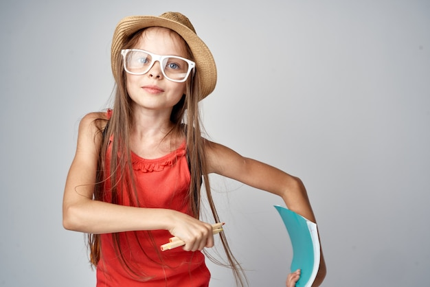 모자를 쓰고 어린 소녀 학교 학습 교육 빨간 티셔츠