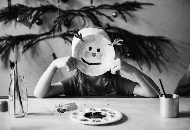 Bambina che indossa una maschera di renna