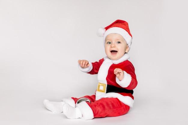 Маленькая девочка в костюме санта-клауса