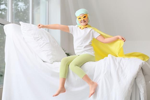병원에서 슈퍼 히어로 의상을 입고 어린 소녀입니다. 어린 시절 암 인식 개념