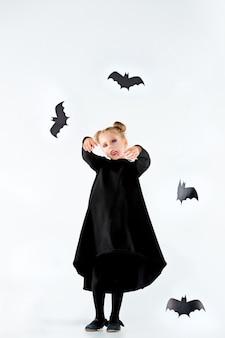 검은 긴 드레스와 마법의 액세서리에 어린 소녀 마녀