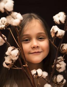 綿の花束を持つ少女