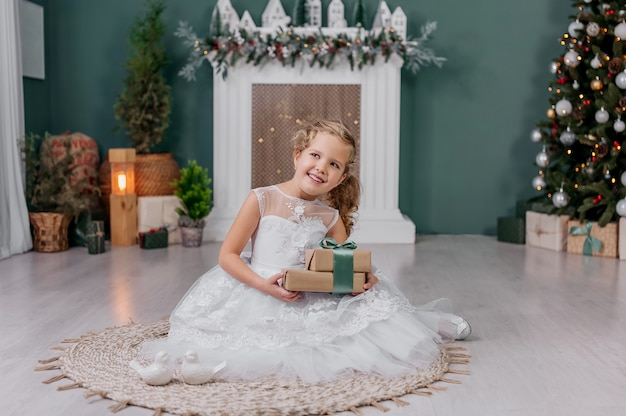 크리스마스 장식 배경 배경에 그녀의 손에 선물을 가진 어린 소녀.