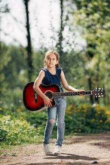 기타를 가진 어린 소녀