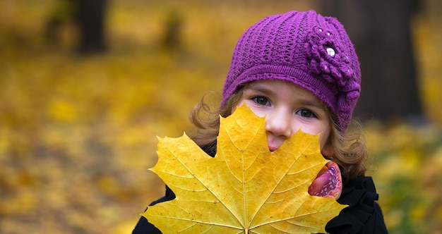 通りにカエデの葉を持つ少女