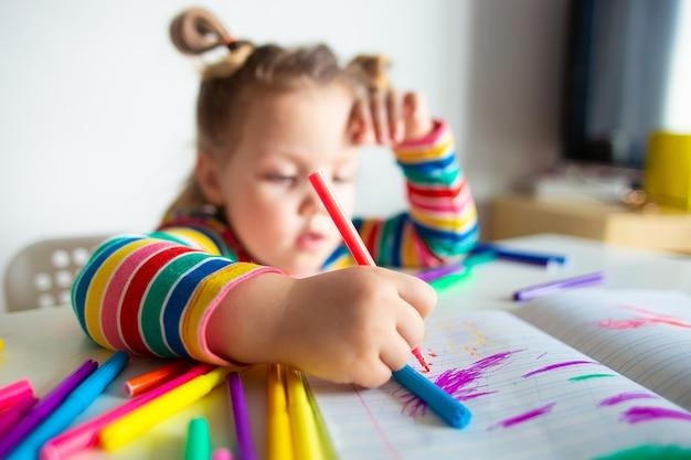 カラフルなストライプのジャケットを描くことでポニーテールを持つ少女