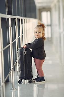 空港でスーツケースを持つ少女
