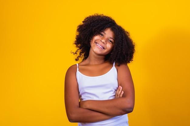 カメラに微笑んでアフリカの髪の少女