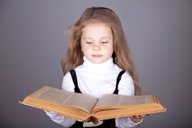 Маленькая девочка с книгой.