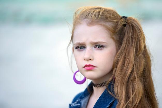 복고 스타일의 밝은 화장을 한 어린 소녀. 어린이 모델.