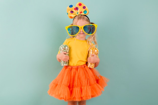 お菓子と大きなサングラスを持つ少女