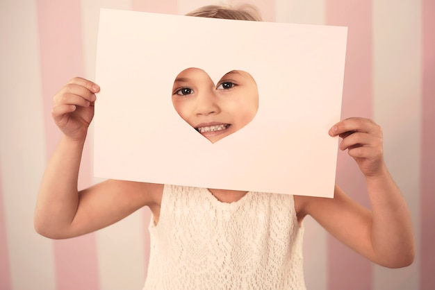 バレンタインデーのカードを持つ少女 無料写真