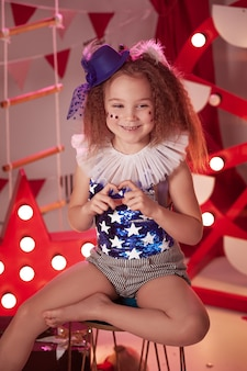 서커스 무대에서 서커스 의상과 어린 소녀