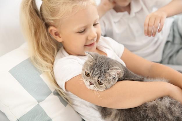 寝室でかわいい猫と少女