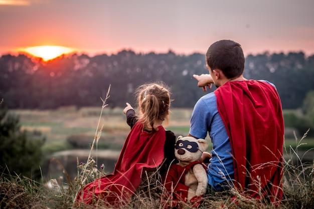 슈퍼 영웅을 입고 아빠와 함께 어린 소녀, 행복한 사랑의 가족