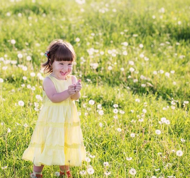 Маленькая девочка с одуванчиками