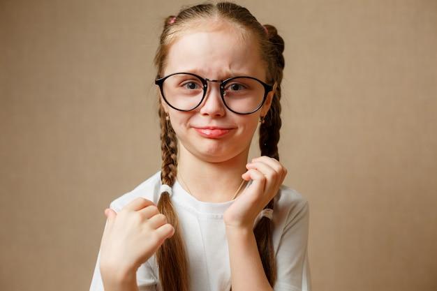 白いtシャツにメガネの少女
