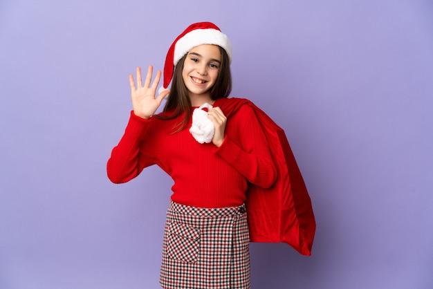 帽子とクリスマス袋が分離された少女