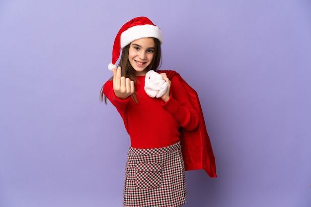 모자와 크리스마스 자루 절연 어린 소녀