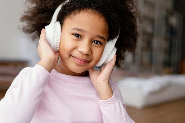 ヘッドフォンを持つ少女