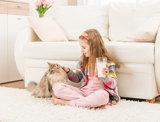彼女の猫を持つ少女