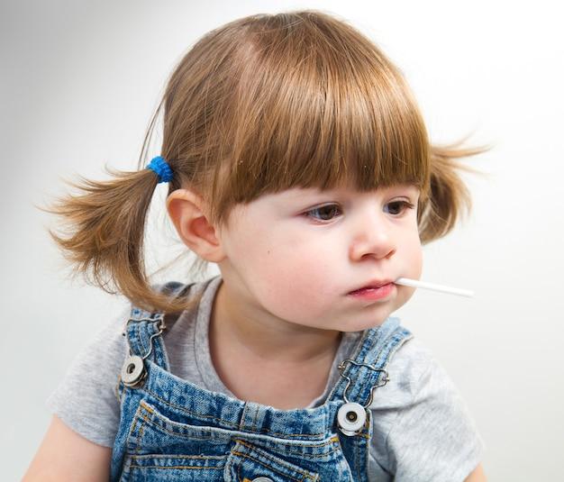 Маленькая девочка с леденцом