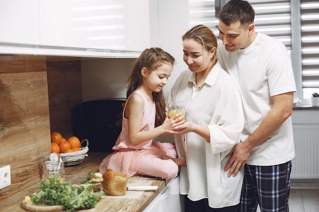 長い髪の少女。父、母、娘が一緒に。家族は食べる準備をします。