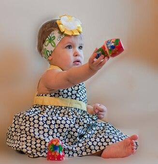 Маленькая девочка с матрешкой в руке
