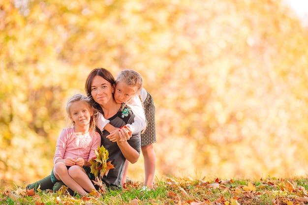 秋の日に公園で屋外のお母さんを持つ少女