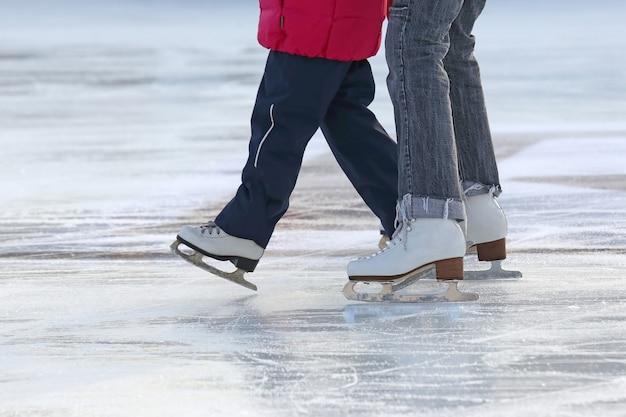 스케이트장에 어머니 스케이트와 어린 소녀