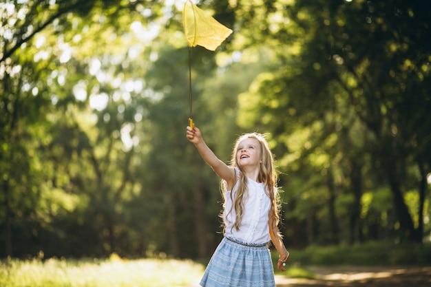 그물 잡기 나비와 어린 소녀