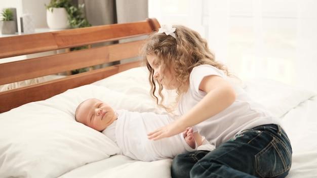 신생아와 어린 소녀