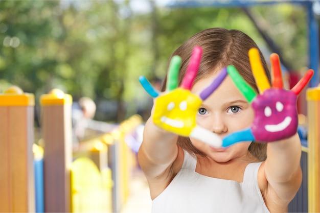 Маленькая девочка с раскрашенными руками