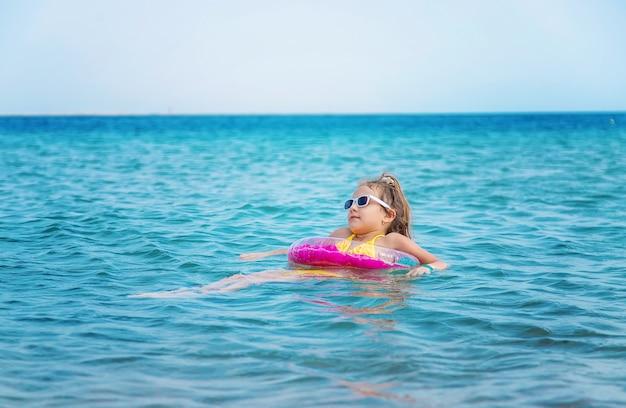 海で膨らませることができるピンクの少女