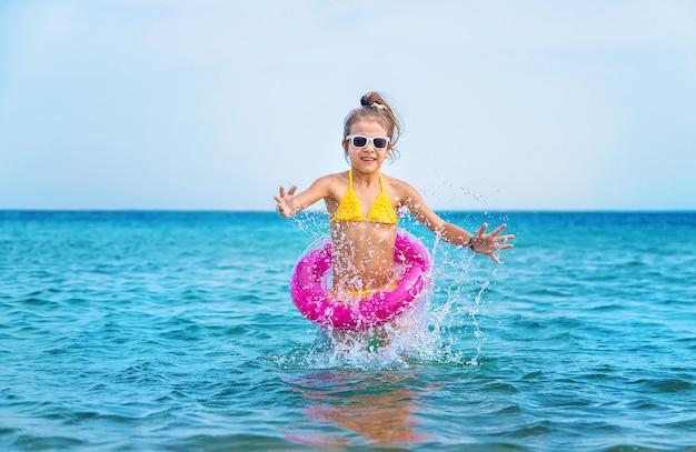 海で膨らませることができるピンクの丸い少女