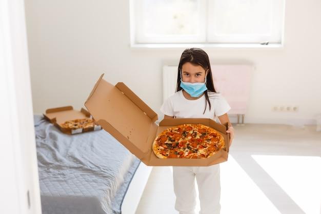 병원에서 피자를 든 어린 소녀