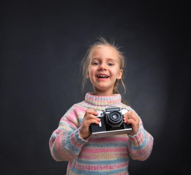 Маленькая девочка с ретро камерой