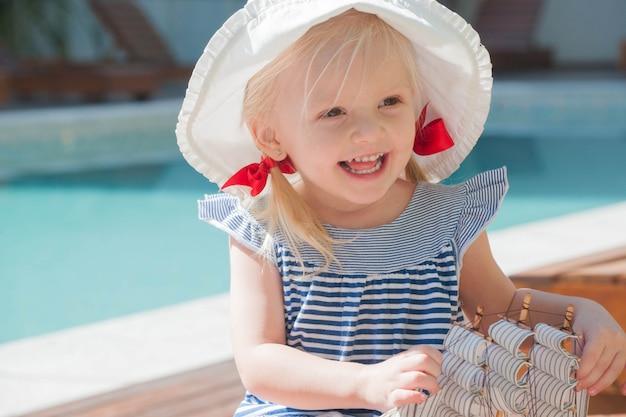 Маленькая девочка с парусным кораблем