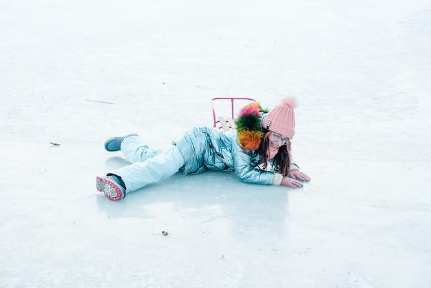 冬の日、冬季オリンピックの屋外で受け皿そりを持つ少女。そりを持つ少女。冬の散歩。