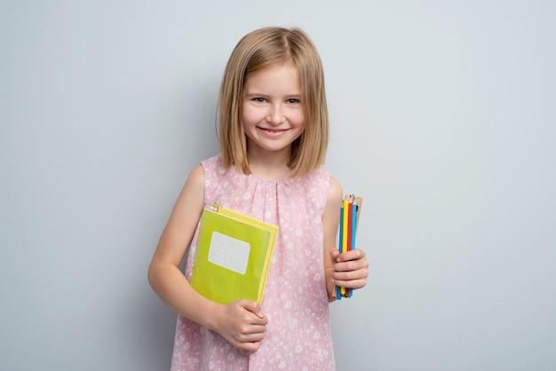 文房具用品を持つ少女
