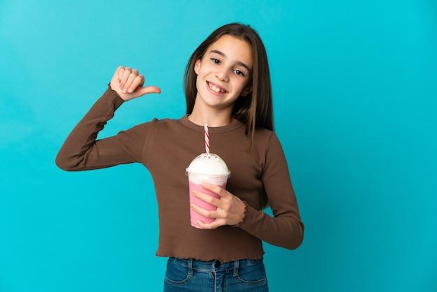 고립 된 딸기 밀크 쉐이크와 어린 소녀
