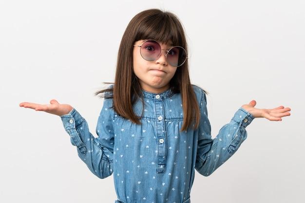 手を上げている間疑いを持っている白で隔離のサングラスを持つ少女
